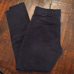 Levis pull on skinnies.  EUC. Size 8.